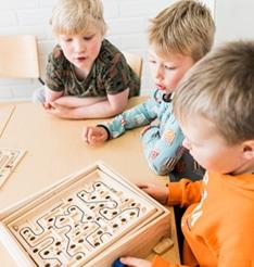 Lapset pelaavat yhdessä.